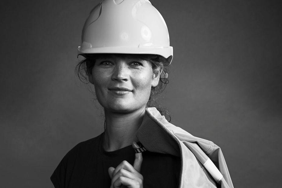 smilende-kvinne-med-hjelm